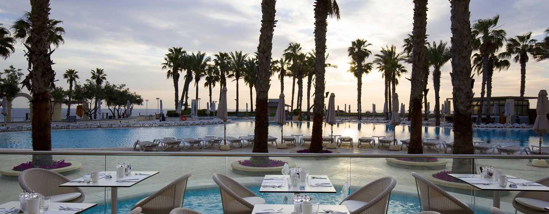 Hilton Malta, San Ġiljan, Malta – Terrasse mit Meerblick