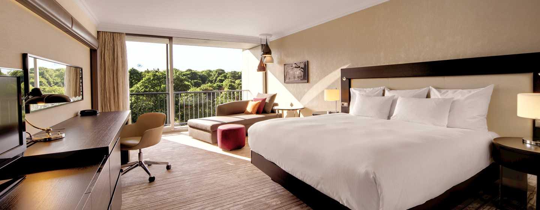 Hilton Munich Park Hotel, Deutschland– Executive Zimmer mit Kingsize-Bett und Parkblick
