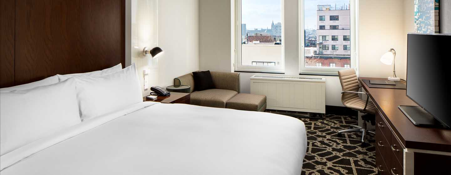 Hilton Brooklyn New York, USA – Standardzimmer mit Kingsize-Bett