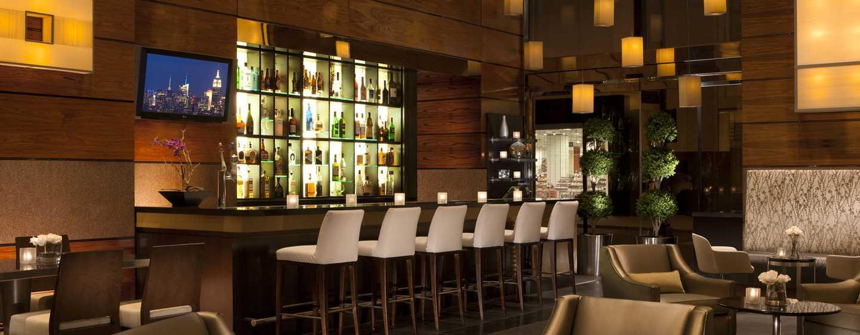 Lassen Sie sich in der modernen Bar einen leckeren Drink schmecken