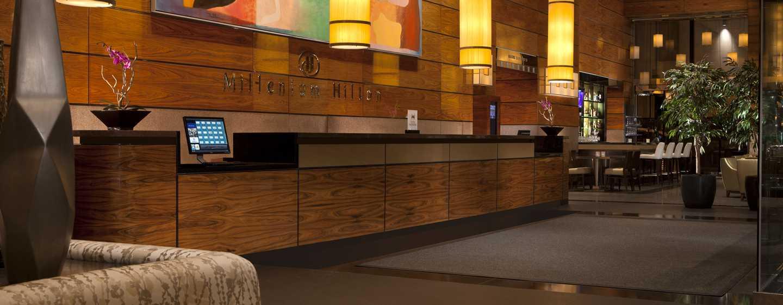 Im prungvollen Eingangsbereich des Hotels werden Sie von den qualifizierten Mitarbeitern herzlich begrüßt