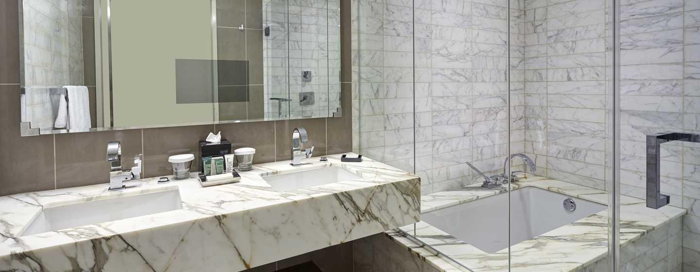 Erfrischen Sie sich im modernen Badezimmer mit Badewanne