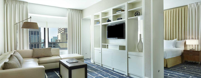 Das große Wohnzimmer der Suite ist stilvoll dekoriert