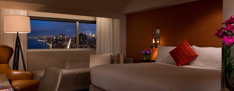 Millennium Hilton NewYork One UNPlaza, USA– Zimmer mit King-Size-Bett am Abend