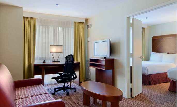 Hilton Chicago/Magnificent Mile Suites Hotel, USA – Suite mit King-Size-Bett
