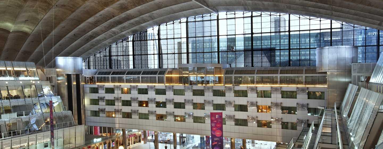 Hilton Paris La Defense Hotel, Frankreich – Blick vom CNIT auf das Hotel