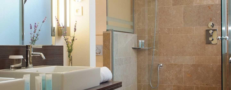 Hilton Sa Torre Mallorca Resort, Spanien – Badezimmer der Suite mit King-Size-Bett