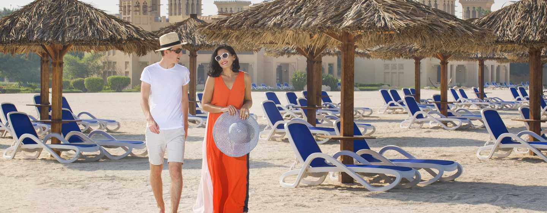 Hilton Al Hamra Beach& Golf Resort Hotel, Ras Al Khaimah, VAE– Paar am Strand