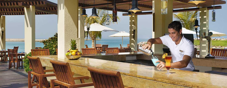 Hilton Ras Al Khaimah Resort & Spa Hotel, VAE– Erfrischende Cocktails in der Dhow Beach Bar