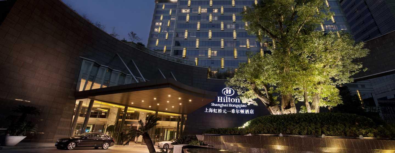 Hilton Shanghai Hongqiao Hotel – Außenansicht bei Nacht
