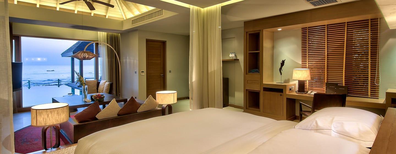 Hilton Ngapali Resort & Spa Hotel, Myanmar – Villa mit Meerblick und Kingsize-Bett