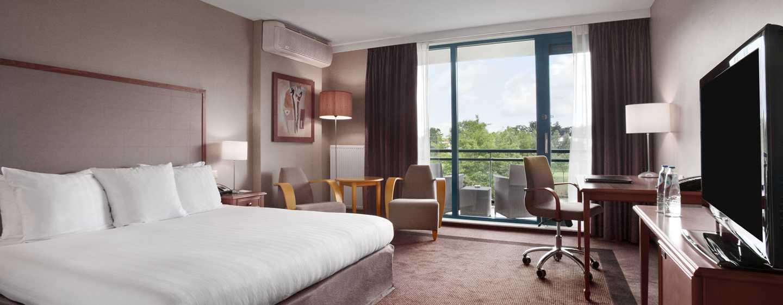 Hilton Royal Parc Soestduinen, Niederlande – Zimmer mit Kingsize-Bett und Blick auf den Golfplatz