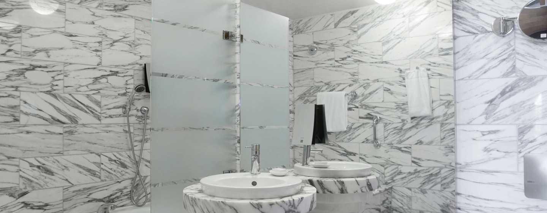 Hilton Stockholm Slussen Hotel, Schweden – Geräumiges Marmorbadezimmer