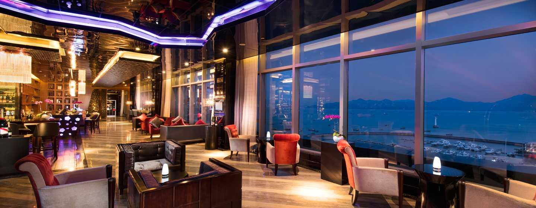 Hilton Shenzhen Shekou Nanhai, China – Bar Eden Garden auf der Dachterrasse