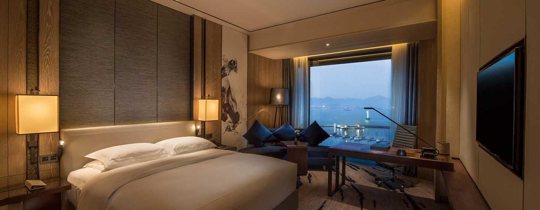 Hilton Shenzhen Shekou Nanhai, China – Deluxe Zimmer mit King-Size-Bett