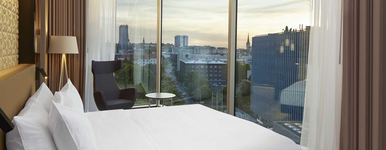 Hilton Tallinn Park, Estland – Deluxe Suite mit einem Schlafzimmer und King-Size-Bett