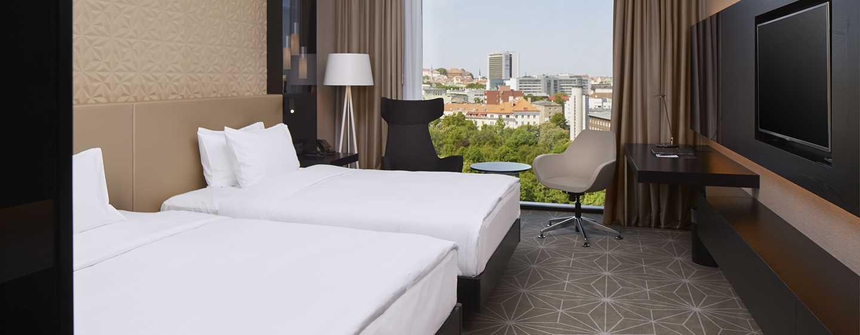 Hilton Tallinn Park, Estland – Zimmer mit King-Size-Doppelbetten