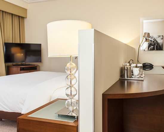 Hilton Warsaw Hotel and Convention Centre Hotel – Deluxe Business Zimmer mit King-Size-Bett