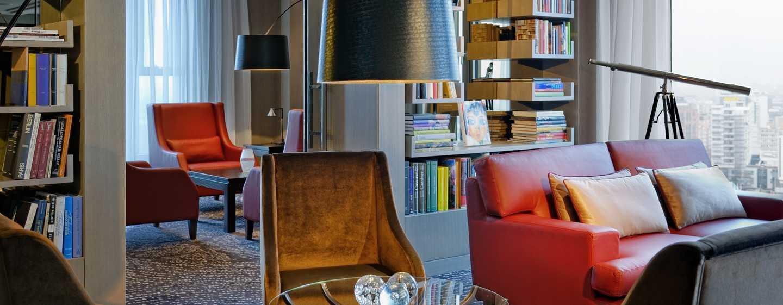 Bei einem frisch gebrühten Tee können Sie Bücher, Zeitschriften oder Zeitungen in der Library Lounge lesen