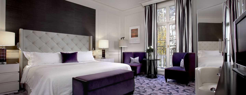 Waldorf Astoria Trianon Palace Versailles, Frankreich - Zimmer mit King-Size-Bett