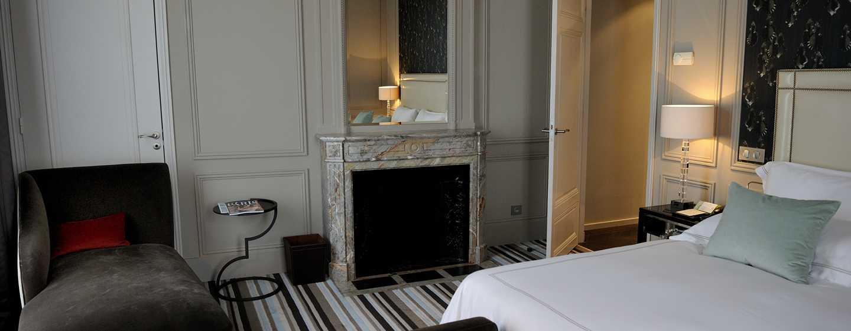 Waldorf Astoria Trianon Palace Versailles, Frankreich– Suite mit Schlafzimmer und King-Size-Bett