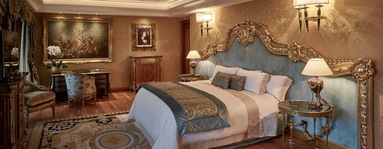 Rome Cavalieri, Waldorf Astoria Hotels& Resorts, Italien– Petronius Suite– Schlafzimmer