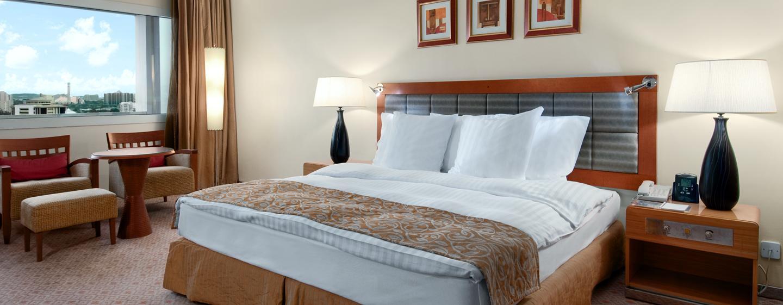 Entspannen Sie in den gemütlichen Zimmern des Hotels mit Blick auf die Stadt