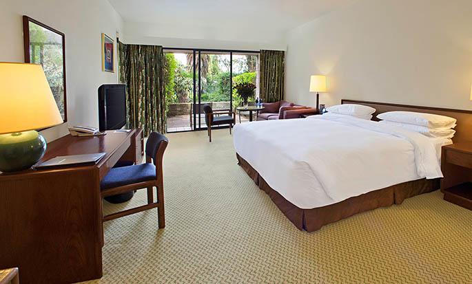 Hilton Addis Ababa, Äthiopien– Arbeitszimmer mit King-Size-Bett