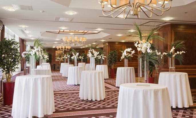 Ankara HiltonSA - Veranstaltungsraum mit Stehtischen