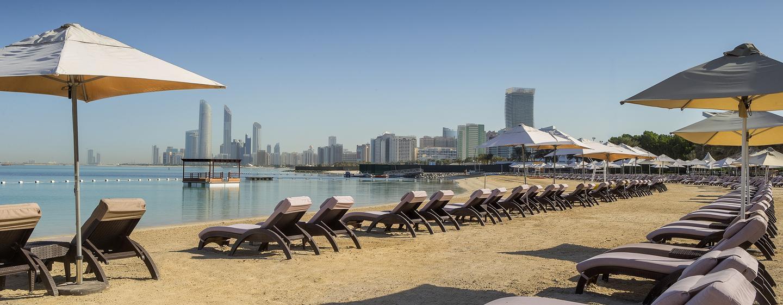 Am schönen privaten Sandstrand können Sie ungestört in der Sonne baden