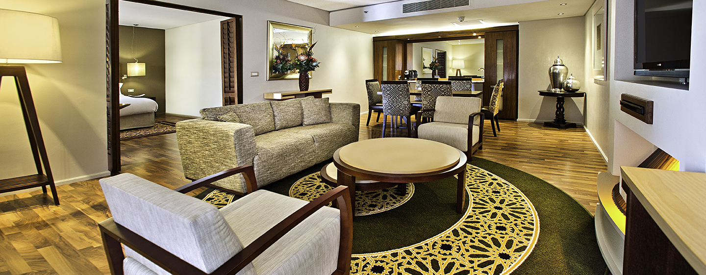 Hilton Cape Town City Centre– Wohnbereich der Suite mit zwei Schlafzimmern