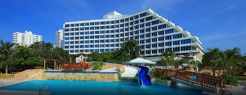 Hotel Aussenansicht mit Pool