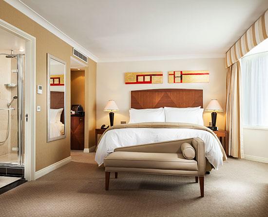 Conrad Dublin hotel, Irland - Junior Suite mit King-Size-Bett und Balkon