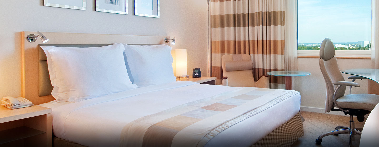 Hilton Düsseldorf, Deutschland – Gästezimmer mit Queen-Size-Bett