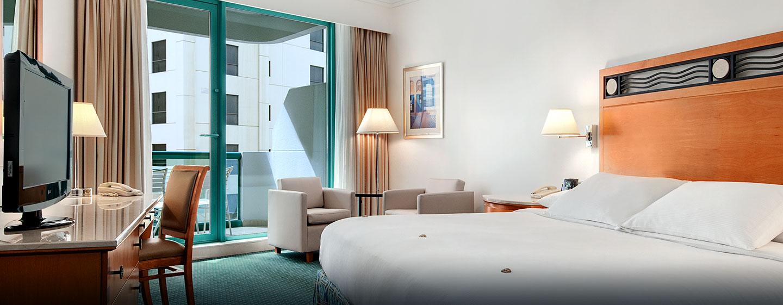 Hilton Dubai Jumeirah Hotel, Dubai, VAE– Deluxe Zimmer mit Kingsize-Bett
