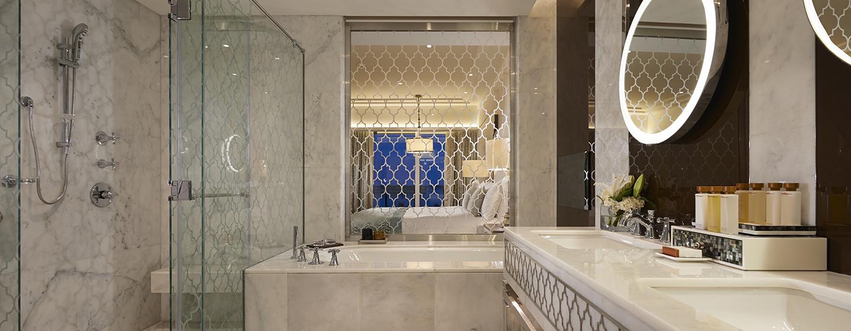 Unsere luxeriösen Badezimmer sind mit Dusche und Badewanne ausgestattet