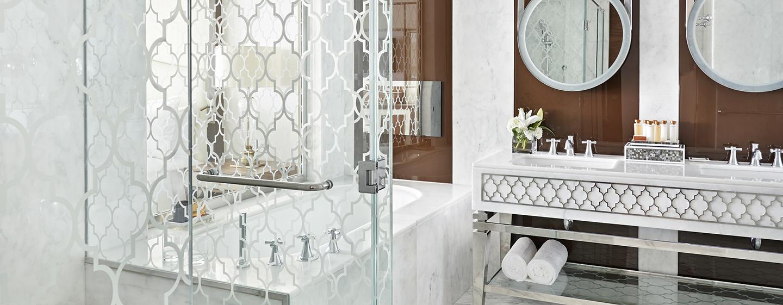 Die Badezimmer im Waldorf Astoria Dubai sind im arabischen Stil gestalltet