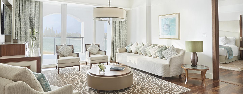 Lassen Sie sich vom schönen Ausblick auf die Metropole im Wohnzimmer der Suite begeistern