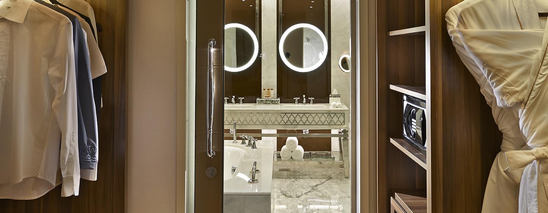 Der große begehbare Kleiderschrank kann vom Badezimmer betreten werden