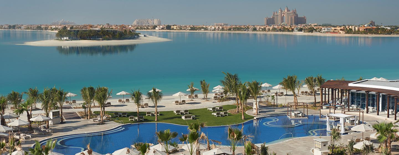 Schwimmen Sie im schönen Pool direkt am Strand