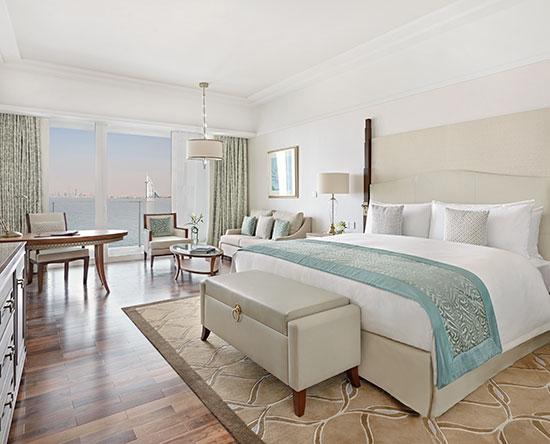 Waldorf Astoria Dubai Palm Jumeirah hotel, VAE - Deluxe Zimmer mit King-Size-Bett und Ausblick auf Skyline/Meer