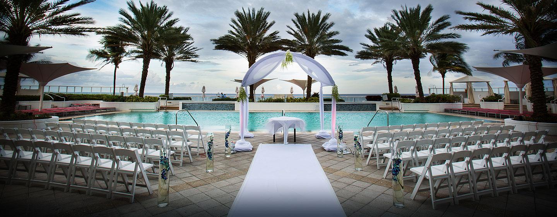 Unsere Gäste nutzen den Innen- und Außenbereich des Hotels für prungvolle Hochzeiten