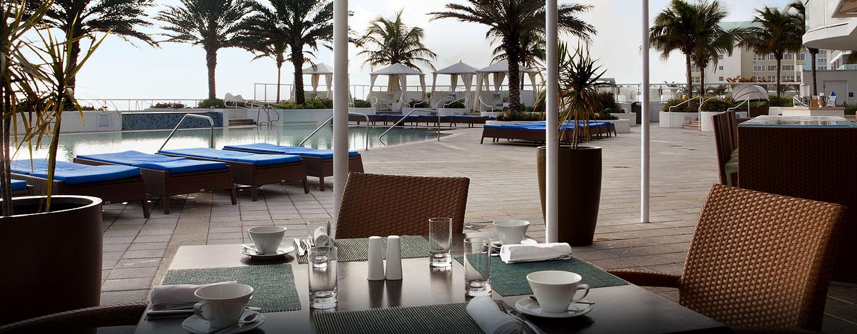 Am Pool servieren Ihnen die Mitarbeit gern köstliche Speisen und frischen Kaffee
