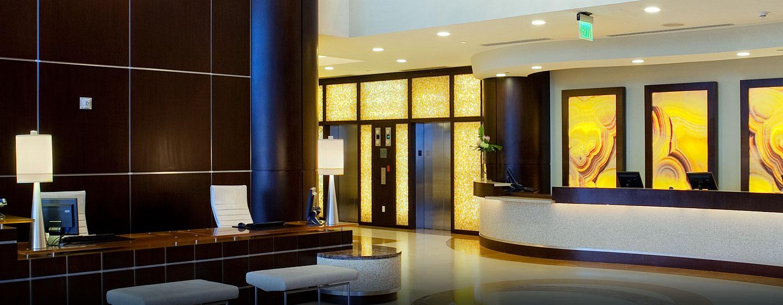 Im Eingangsbereich des Hotels werden Sie von den Mitarbeitern herzlich begrüßt