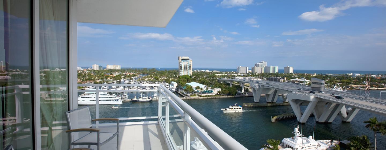 Vom privaten Balkon Ihres Zimmers können Sie die prungvollen Yachten in den Hafen einfahren sehen