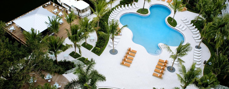 Entspannen Sie auf der großen Terrasse mit Pool und vielen Liegestühlen