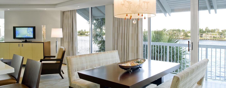 Dank der großen Panoramafenstern haben Sie aus dem Wohnzimmer der Grand Suite einen uneingeschränkten Blick auf das Wasser