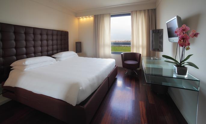 Hilton Florence Metropole Hotel, Italien – Zimmer mit Kingsize-Bett und Stadtblick