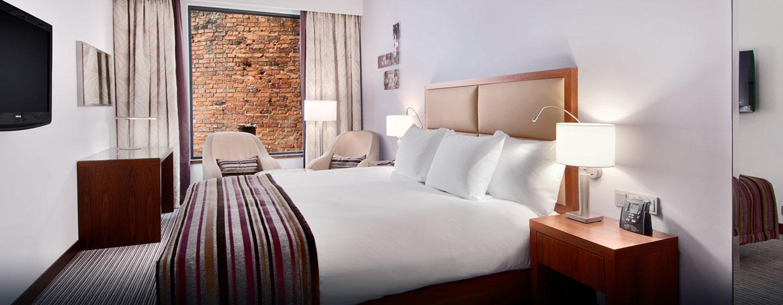 Das Zimmer mit großem Bett ist mit einem Falchbildfernseher ausgestattet