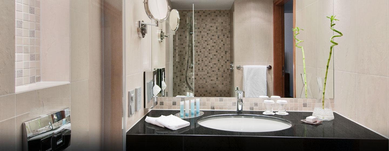 Erfrischen können Sie sich in den modernen Badezimmern des Luxushotels
